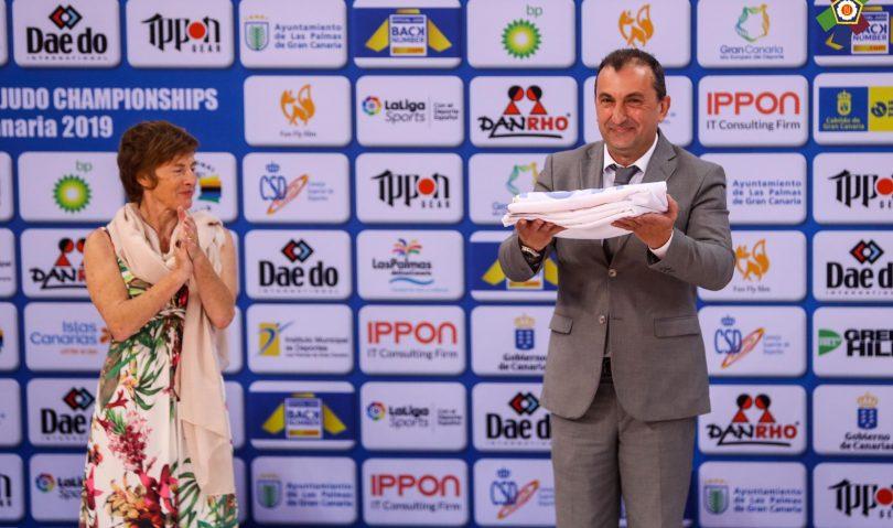 Το λάβαρο του Ευρωπαϊκού Πρωταθλήματος Βετεράνων 2020 παρέλαβε ο Γιάννης Καφενταράκης